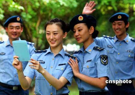 """中国人民解放军空军政治部文工团演员试穿""""07式""""新军装夏常服-人"""