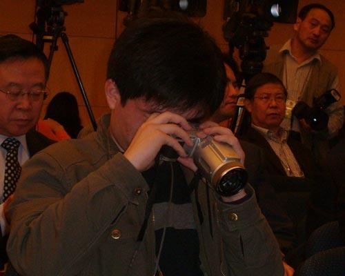 集体采访会上忙碌的摄影记者