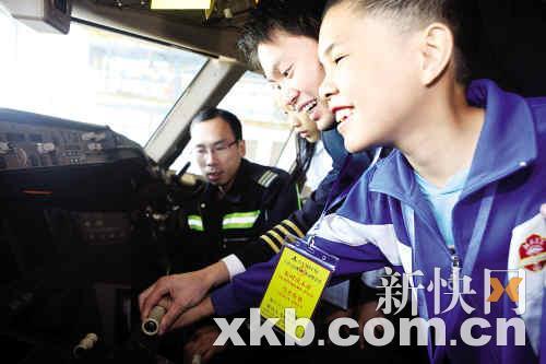 一对一的在gameco机库和小朋友讲解飞机的历史和飞行的原理.