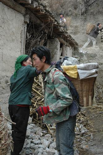 1月1日,甘肃省甘南藏族自治州舟曲县果耶乡甘子沟村村民往家中运砖.