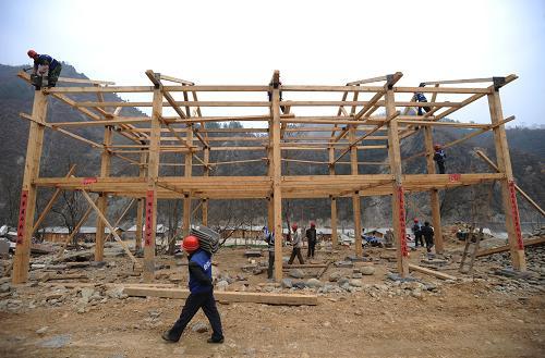 建筑工人在搭建木结构房屋(2月11日摄).新华社记者 江宏景 摄