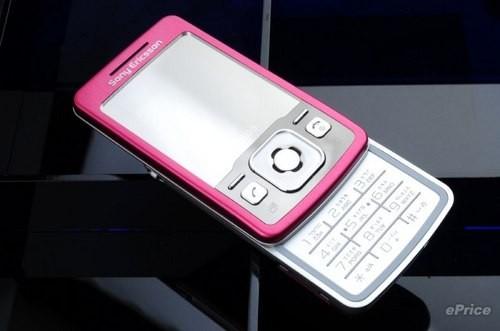 滑开手机,数字按键部位仍然采用银色全平面键盘设计.-索尼爱立信T