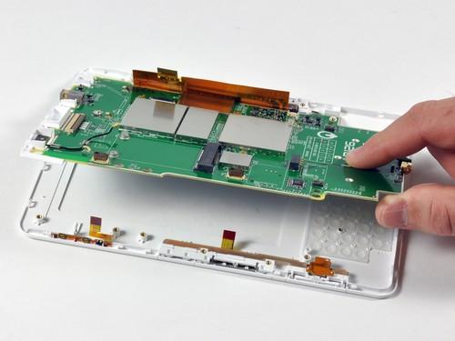 无线网卡和白色的塑料保护罩固定在电路板之上