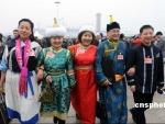 图文:少数民族代表欢聚在人民大会堂前