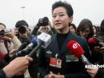 图文:政协委员宋祖英被记者包围采访