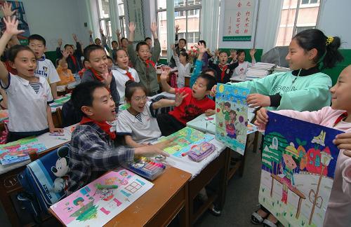 5月15日,锦州市古塔区站四小学的同学们为绘画作品打分.