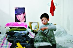 女友跳舞被人干_袖珍人皮影团的大师兄李斌在收拾自己的服装,床头是他女友的照片.