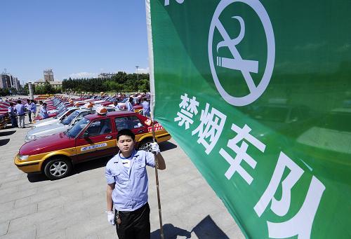 5月31日,金达洲禁烟车队的一名驾驶员手持旗帜.