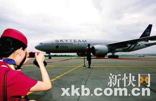 据透露,喷涂一架飞机的成本约在人民币40万元左右.