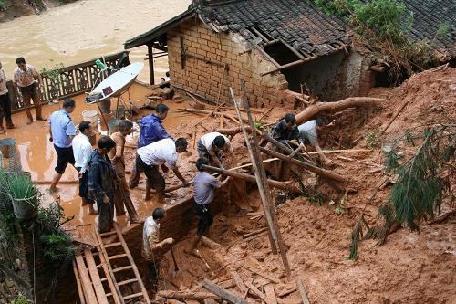 6月22日,梅州大埔县光德镇砂坪村一民房倒塌救援现场.
