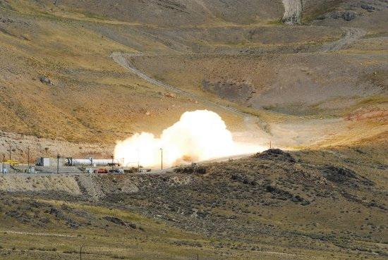美战神火箭首次点火试验 喷出壮观火焰