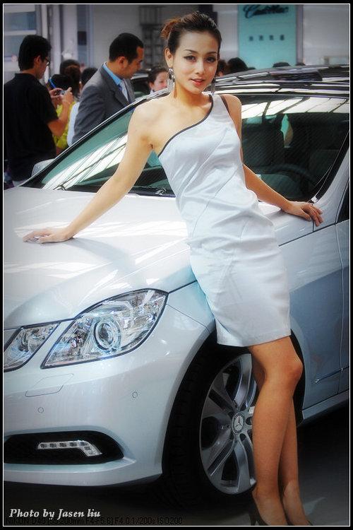 香艳美丽 偷窥奔驰车旁边的美女 汽车频道