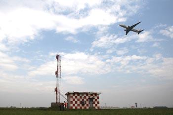 图为一架飞机飞抵哈尔滨太平国际机场.本报记者 颜秉光 摄