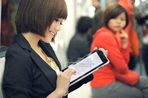 ipad怎么看av_看美女杜拉拉在地铁上玩转苹果ipad(组图)