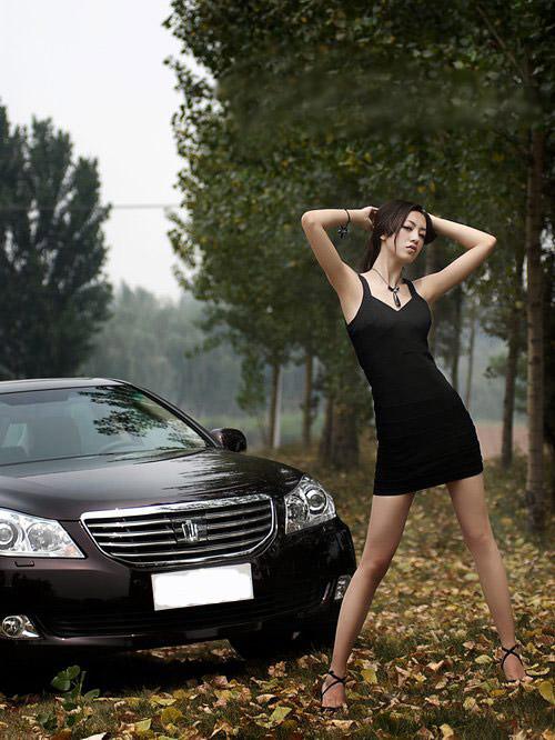 性感黑裙美女 停车旷野中展美腿诱惑 汽车频道