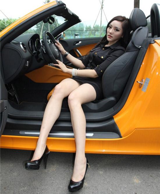 高跟鞋配美腿 白皙車模誘惑你圖片
