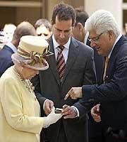 英国女王与黑莓9700