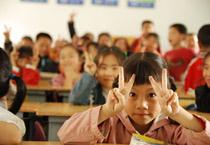 中德安联保险捐助的受灾学校复课后的同学
