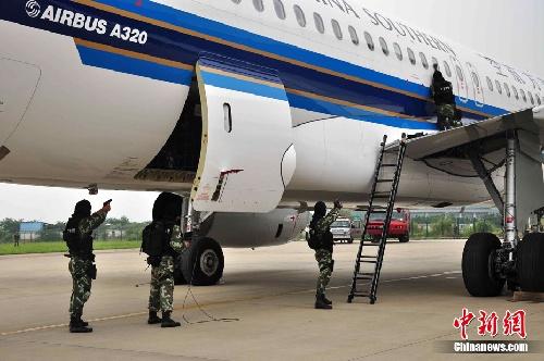 广州白云机场举行亚运安保反恐综合演练(组图)