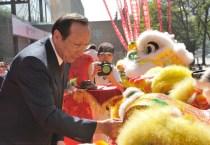 中信银行总行陈小宪行长为舞狮点睛