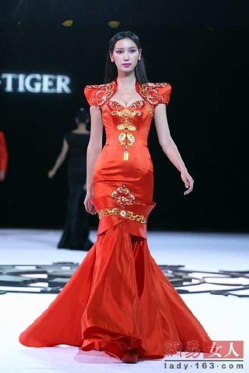 编辑点评:这套大红色礼服用金丝线绣上了凤冠霞披,是中国传统结婚礼服