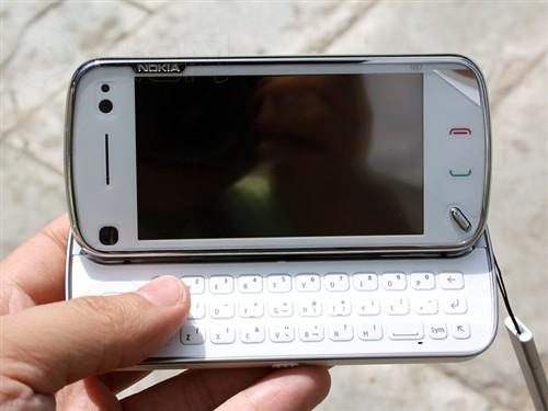 诺基亚N97仍然采用了500万像素的卡尔·蔡司认证摄像头,内置高亮