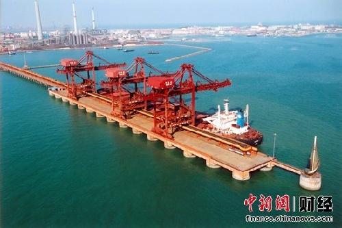 包括青岛老港区,黄岛油港区,前湾新港区三大港区,是国家特大型港口,是