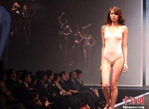 透明人体内衣mm全透明装无内衣秀美女模特乐乐人体