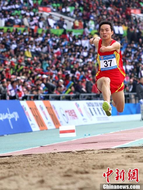 三级跳怎么跳_亚残运会三级跳远中国选手凌空一跃