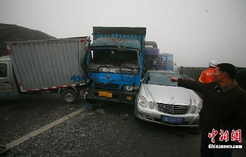 四川成乐高速大雾50多辆车连环追尾 致1死18伤