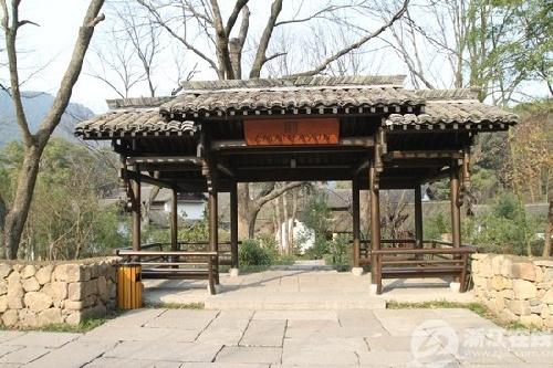 山谷中的法云古村,确认与村口院子的再三经过,确认法云古村传说就是别墅保安墙图片
