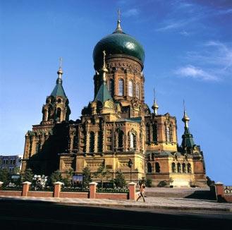 圣尼古拉大教堂   俗称喇嘛台,以俄国沙皇尼古拉的名字命名。其坐落在被俄国人称为新城区(南岗区中心)的广场,中心也称为中央寺院。建于1900年,建筑图样是在彼得堡设计的,由俄国建筑工程师蕾特维夫主持建成。它正门的圣母像和正殿东方外部的壁画,是俄国画家古尔希齐文克所作,庄严肃穆、富丽堂皇。   文化公园(圣母安息教堂)   亦称为乌斯平卡亚教堂。1908年建。是一座砖木结构的俄侨公墓。在绿树遮掩中,尖顶凌空,加上建筑风格精巧细腻,给人一种幽美宁静恬适舒旷的感觉。当年这里的外侨公墓有十几处。解放后