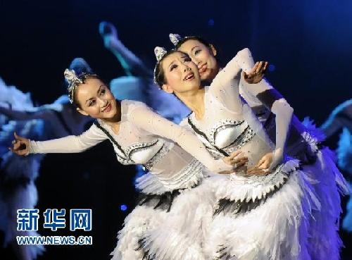吉林省歌舞团演员在表演女子群舞《飞翔