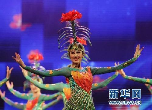 吉林省歌舞团演员在表演女子群舞《梦幻