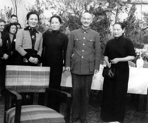 宋氏三姐妹与蒋介石的合影图片