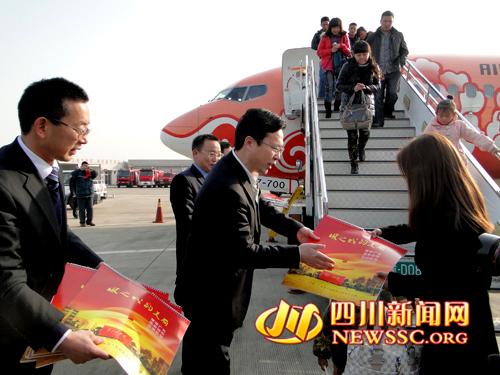 航班在广元机场徐徐降落,广元机场第三条直飞航线广元至广州航线正式