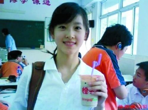 """章泽天手持奶茶的生活照曾被疯传 ,""""奶茶mm""""因此得名."""
