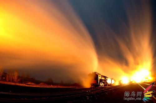 的原野,伴着阵阵粗犷悠长的汽笛声,气势磅礴的蒸汽火车穿越白