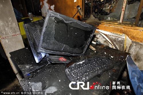 电脑显示器和键盘被大火烧毁变形.