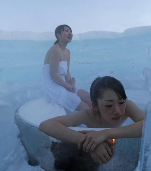日美女北海道冰雪中沐浴
