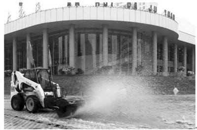"""小山猫""""机动型扫雪车-合肥除雪 新武器 很给力图片"""