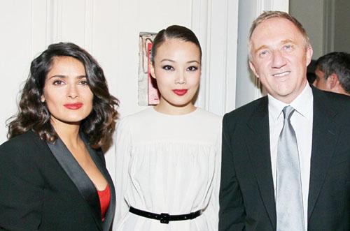 容祖儿一身白裙亮相巴黎时装周 出席YSL 2011春夏时装秀