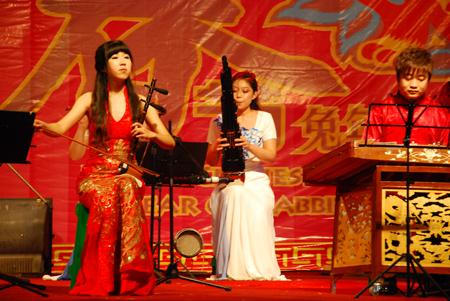 牛斗虎》   琵琶、古筝二重奏:《春江花月夜》   男声独唱:《喀什葛