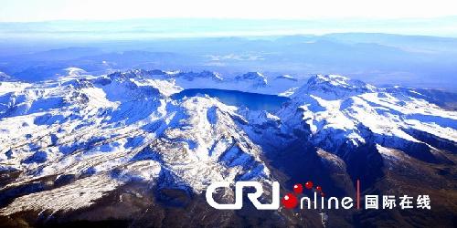 李琳 林路):长白山的冬天韵味独特:林海被雪染成了白色,北风吹来,树海