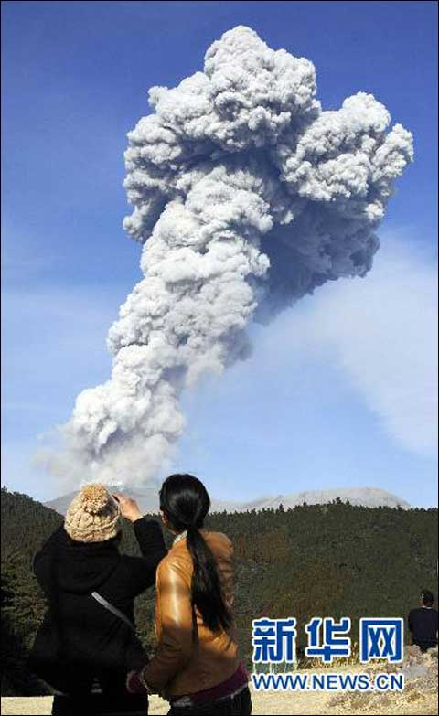 日本雾岛山新燃岳火山再次喷发