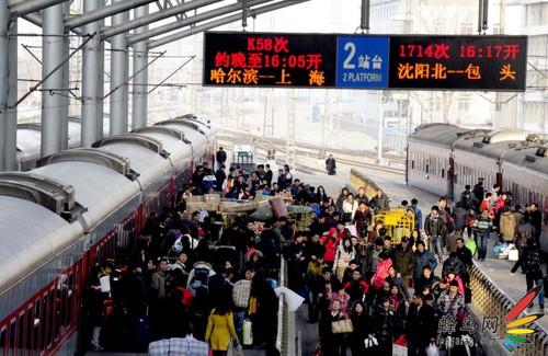 沈阳火车站迎来春节后返程客流高峰