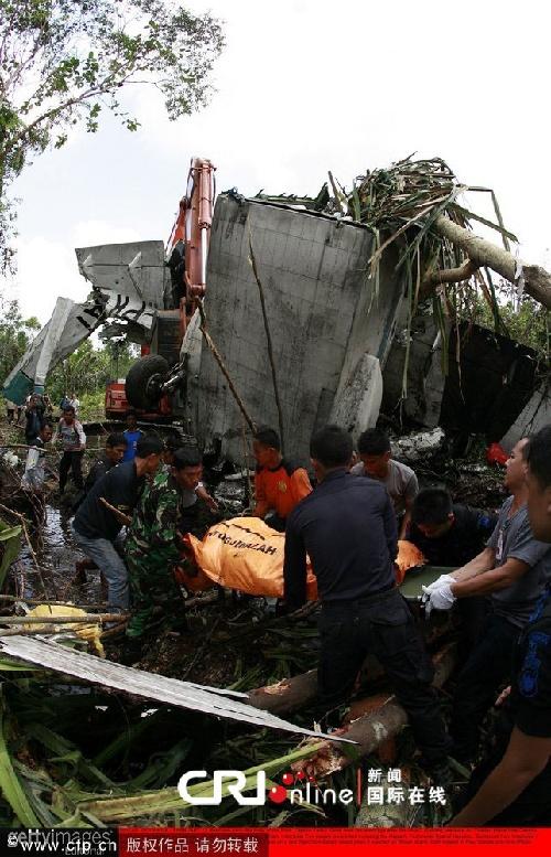印尼一架轻型飞机坠毁 机上5人全部罹难(高清图)