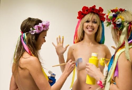 乌克兰美女人体彩绘庆情人节组图