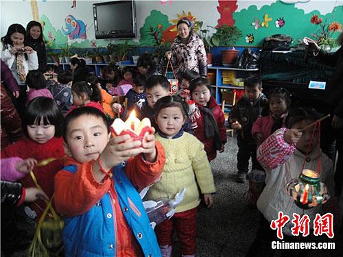 """徐州一幼儿园倡导小朋友""""变废为宝""""巧做花灯"""