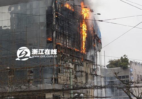 杭州国大城市广场大火殃及商场 户外切割广告牌所致图片